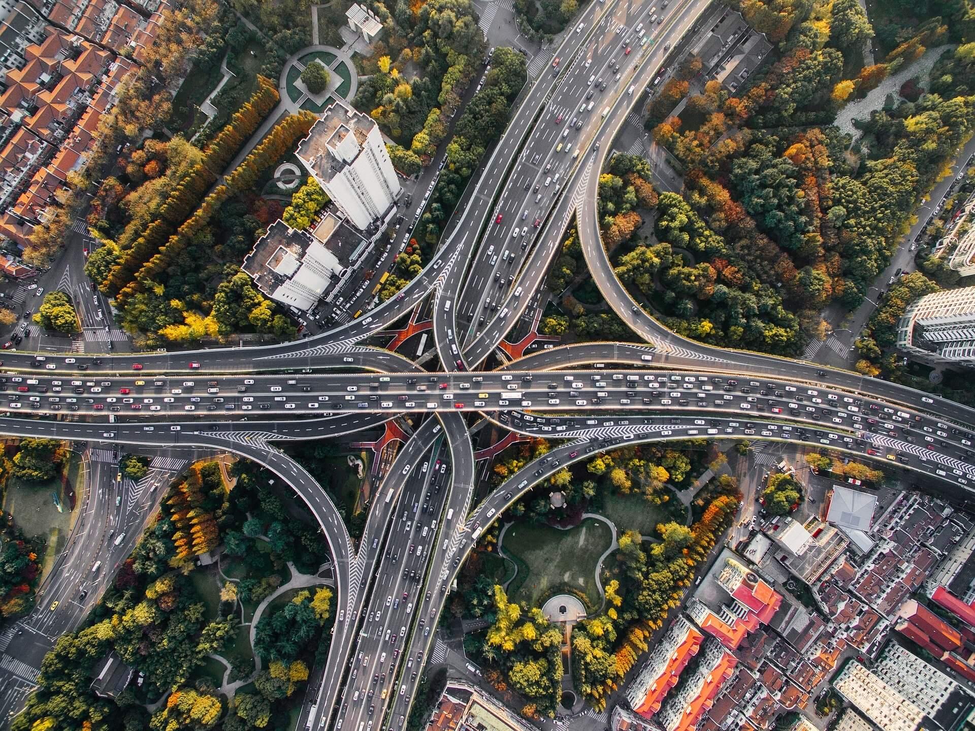 foto dall'alto di un raccordo autostradale