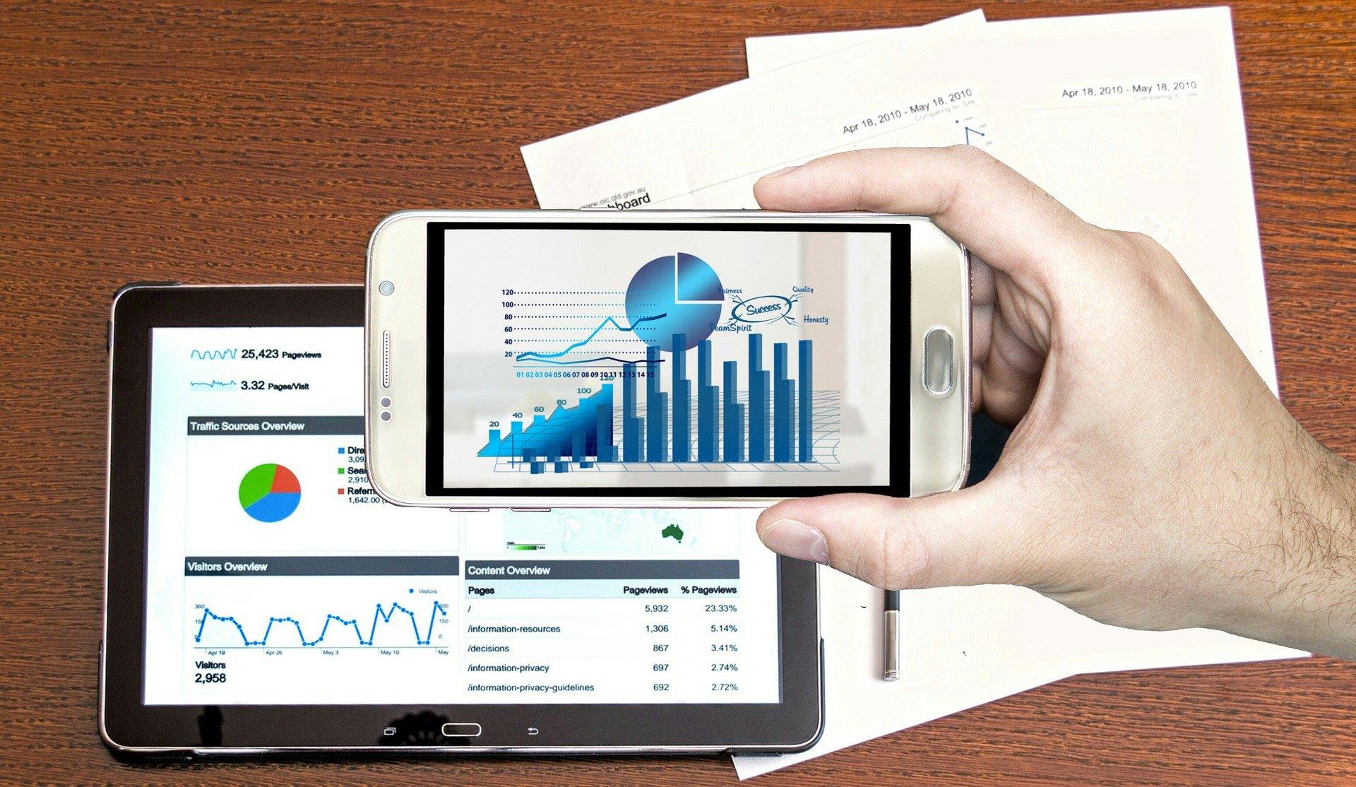 grafici su un tablet e su un cellulare riportanti andamenti energetici